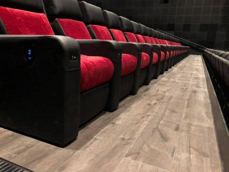 gulvlægning i biografsal